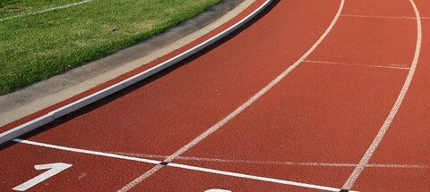 Rensning af atletikbaner og legepladsunderlag - Building Supply DK