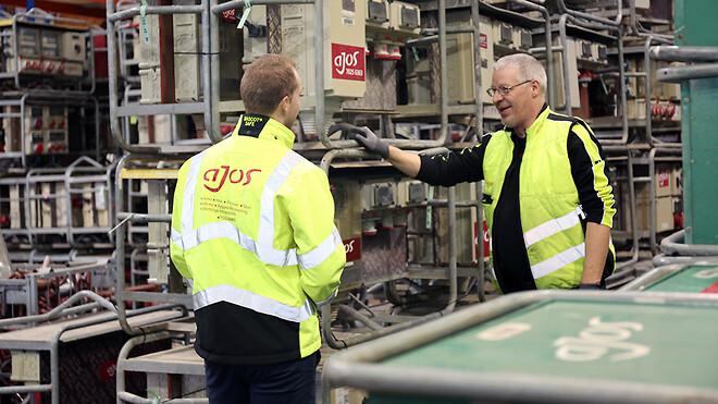 El-installatør Ronnie Lindfoss og elektriker Mike Jensen i gang med at planlægge logistik og opdatering af tavlerne.