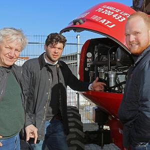 Snak om teknikken i motorrummet på en af de nye Manitou 180ATJ bomlifte. Fra venstre er det Thomas Lindboe, salgskonsulent Michael Lehnshøj fra Scantruck, og Anders Lindboe.