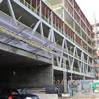 Genom byggnaden leds avfartstrafiken från E4.
