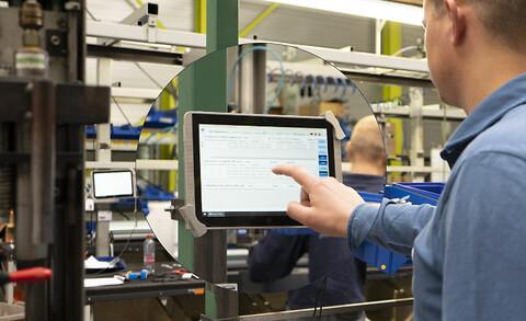Mulighed for hurtigere operatør-oplæring i produktionen med app og skærme - NAVEKSA ShopFloor appen giver operatørerne et prioriteret overblik over igangværende og ventende ordrer