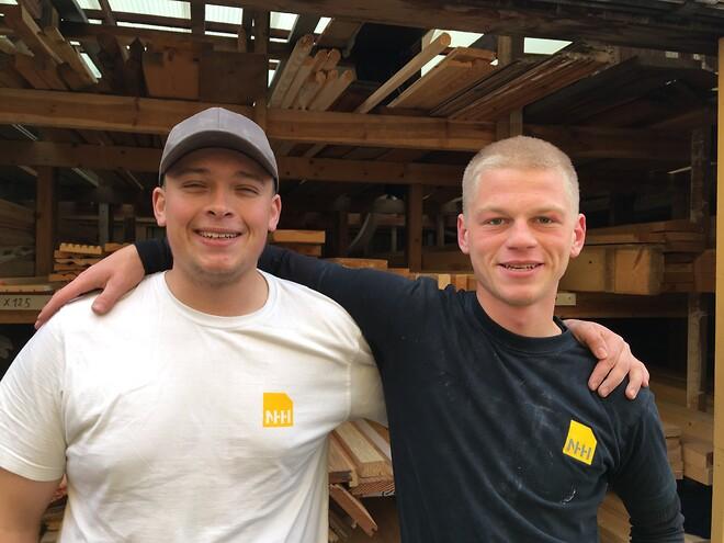To stolte nyudlærte tømrersvende
