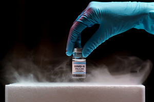 Vacuum technology from Busch maintains the cold chain during transport of Corona vaccine.\nPhoto: © marchsirawit - stock.adobe.com