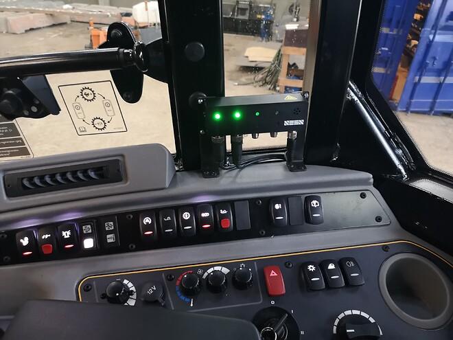 SEEN panel i kabinen, IRIS 860 sensor bag på entreprenørmaskinen.