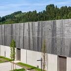 Når de designet en videregående skole i Clervaux, Nord_Luxemburg, valgte arkitektene en enestående fasade og solskjermløsning