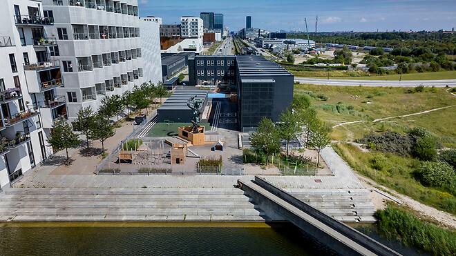 På under et år har Ajos allerede leveret flere svanemærkede byggeprojekter. Blandt andet Danmarks første svanemærkede skole beliggende på Sigtelinjegrunden i København.