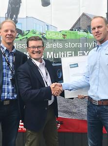 Dan Olsen och Jakob Stenström från SSAB överlämnar certifieringen till Martin Stuxgren och DISAB.