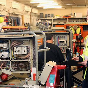 El-installatør Ronnie Lindfoss kvalitetssikrer arbejdet på værkstedet, hvor tre elektrikere er i gang med at opdatere byggestrømstavlerne