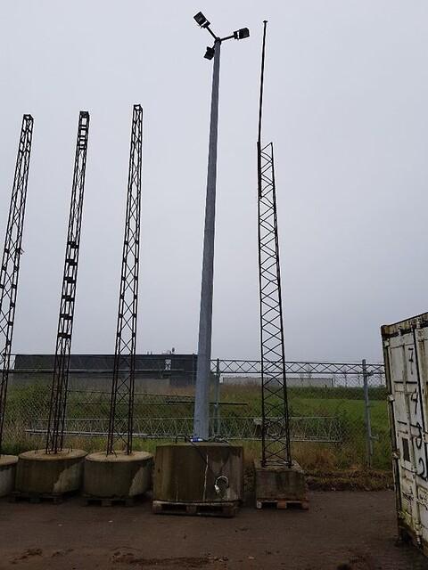 Mast med beton klods samt 3 stk. led lamper
