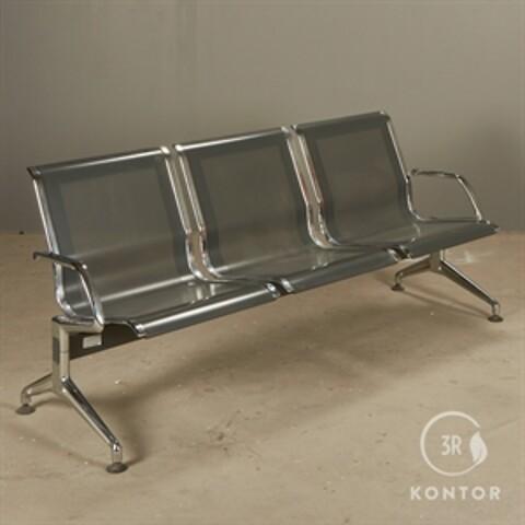 Kusch+co terminal sofa i grå og poleret metal.