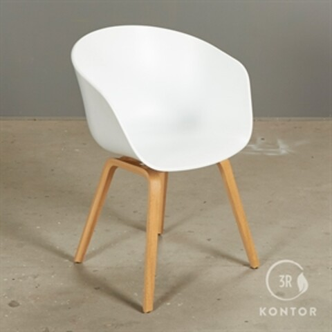 Hay about a chair. hvid skal med egeben.