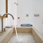 AXOR One-kollektionen består af 31 produkter, herunder vandhaner med et hul, to huller og tre huller, vægmonterede vandhaner, en gulvmonteret badekarpåfyldning med håndbruser og AXOR One-termostatmodul til badekar eller brusebad. Hele kollektionen kan individualiseres i mat sort eller en eksklusiv AXOR FinishPlus-overflade.