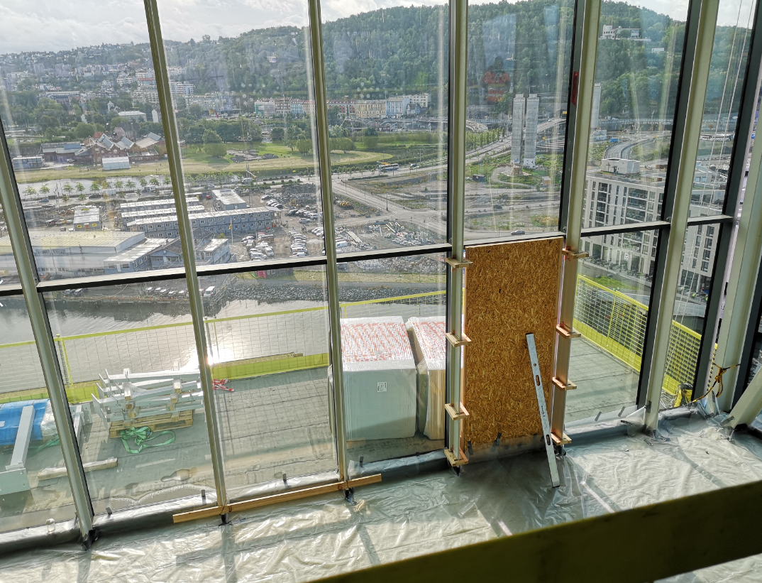 I de øverste etasjene kan publikum nye et måltid i restaurant eller ta seg en drink i baren. Her kommer terrasse hvor restaurantbesøkende kan sitte.