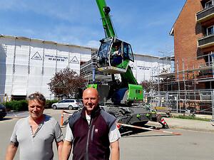 Hos ASA Stillads Service ApS glæder ejer Henrik Jessen (tv.) og kranfører Chris Rendbæk sig over deres nye Sennebogen 613M teleskopkran.