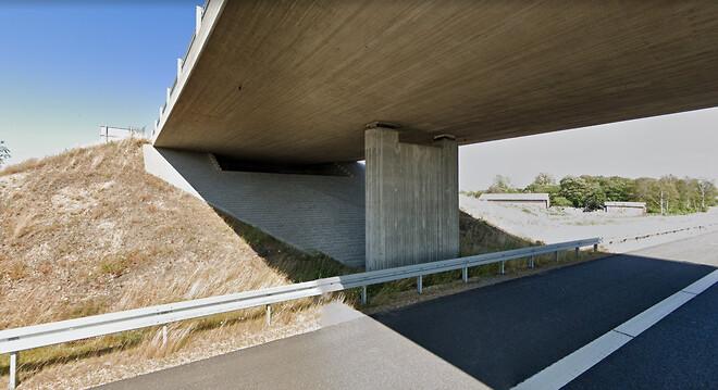 Undersiden af en bro kaster støj fra motorvejen tilbage