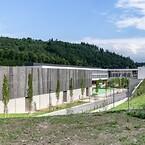 Med hjälp av RMIG ImagePerf, replikerades ett foto av en vårskog på perforerade metallplåtar som får skolans arkitektur att harmoniskt passa in med den omgivande skogen