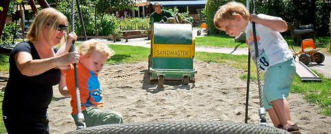 Rensning af sand og faldgrus i sandkasser og på stranden