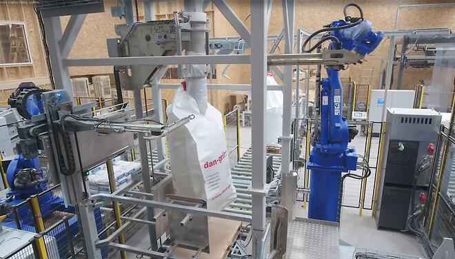 helautomatisk system for fylling av bigbag med robot