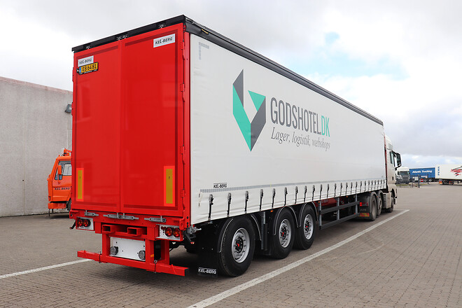 Godshotel & Transport ApS med en ny Kel-Berg 3 akslet gardintrailer fra Lastas