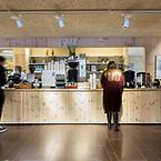 Helgo Zimdals byggnad i Göteborg från 1968 har blivit mer energieffektiv och fått en tydligare och mer öppen organisation under framförallt arkitektkontoret Whites ledning. Arkitekturskolan är Miljöbyggnad-certifierad på silvernivå – och Troldtekt säkerställer god akustik. ©Thorn Creative Agency.