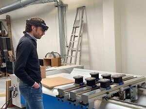 Jesper Nicholaisen viser maskine frem via hololenses til virtuelt kundemøde