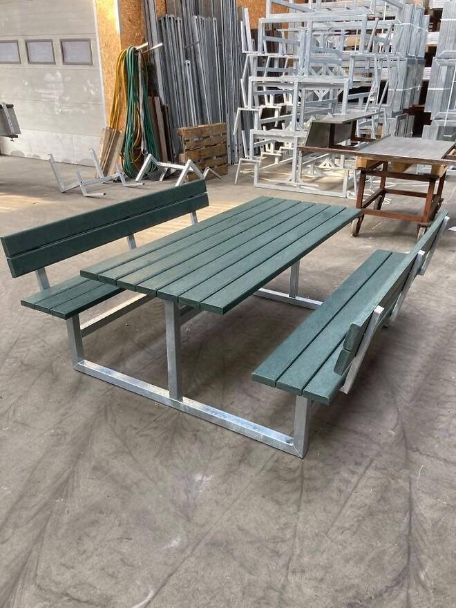 Grønne, praktiske og vedligeholdelsesfrie bord-bænke.