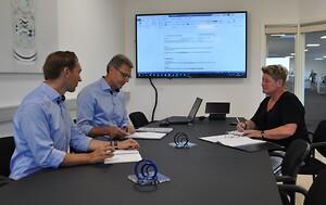 ISO-certificeringsprocessen har ført til mange gode interne overvejelser, der helt sikkert kommer til at gavne både kunder og medarbejdere fremover. På billedet ses fra venstre direktør Ulrik Holm, salgschef Michael Jacques Lauritsen og QA-tekniker Heidi Frederiksen.