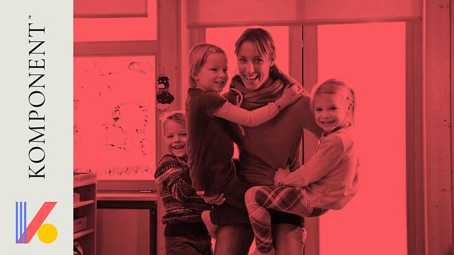 Pædagog leger med tre børn