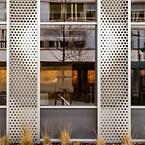 Takket være valget af anodiseret aluminium holdes vedligeholdelsen på et absolut minimum, da facaden kun kræver rengøring med få års mellemrum
