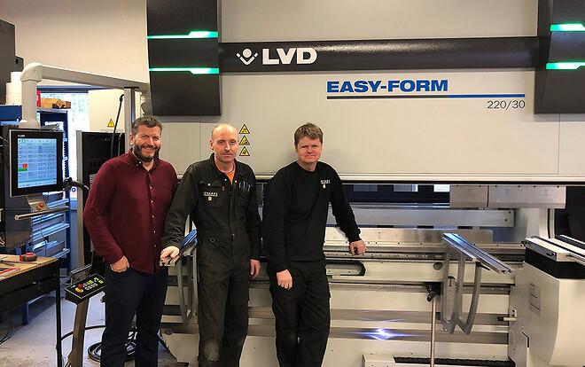 Foran den nye LVD EasyForm, fra venstre: Trond Aasen fra LVD Scandinavia AS, Øyvind Lergrovik og Gunnar Berge, begge fra Stranda Stålindustri AS