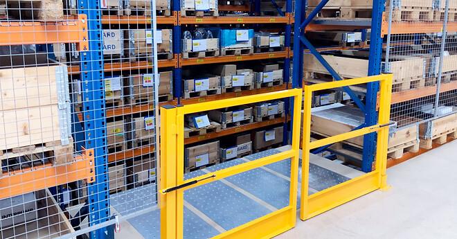 Den ene palleport er lavet med aflæsningsrampe i pallereolen, hvor trucken henter pallerne med emballage