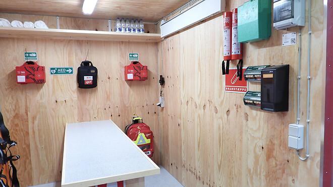Containeren har lys og varme, og så er den godt udstyret til at kunne lindre og behandle tilskadekomne på forskellig vis.