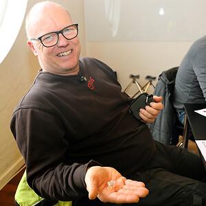 De enkelte høreværn er et perfekt match af personens øregang og giver et optimalt værn mod støj. Her viser servicemontør Kenneth Lynge Nielsen sine formstøbte høreværn frem.
