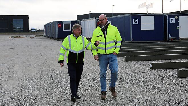 Sektionsleder Carsten Bøgesø og projektkonsulent Torben Sloth (tv.), begge fra Ajos Pavillon, besøger den nye lokalitet i Køge for at inspicere og planlægge den kommende flytning.