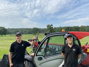 Jonas Håkansson (t.v) arbetar som banchef på Djursholms Golfklubb och Olle Sundström (t.h) som banarbetare