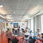 Den nye tilbygning til Skolen på Duevej på Frederiksberg i København, tegnet af AART Architects og Nordic, er DGNB-guldcertificeret med overbygningen diamant, tildelt for høj arkitektonisk kvalitet. Troldtekt bidrager til god akustik – og point i certificeringen
