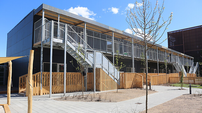 Københavns Kommune har løst en akut mangel på institutionspladser i Ørestad med et pavillonbyggeri fra Ajos.