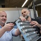 Produktionschef Jesper Lundby sammen med COO Martin Christensen på ODINs testcenter.
