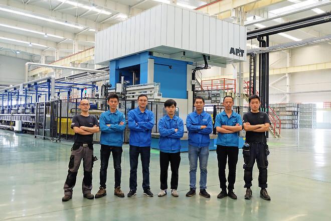 Stolt personal: Wanhuas underhållsteam och maskinoperatörer.