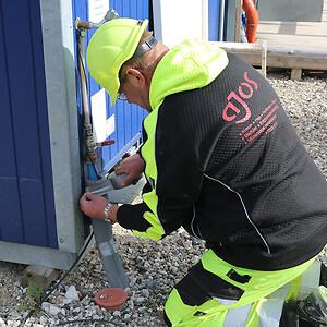 Det er nu, byggepladsens vandledninger skal sikres mod frosten. Her udfører produktionsmedarbejder Jørgen Carsten Schmidt el-tracing på byggepladsen ved opførelsen af Nyt Hospital Hvidovre.