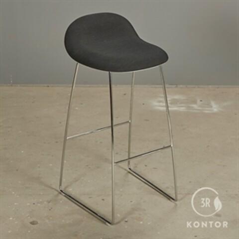 Gubi 3D barstol med sort polster på toppen. ny