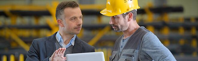 To mænd, der snakker sammen