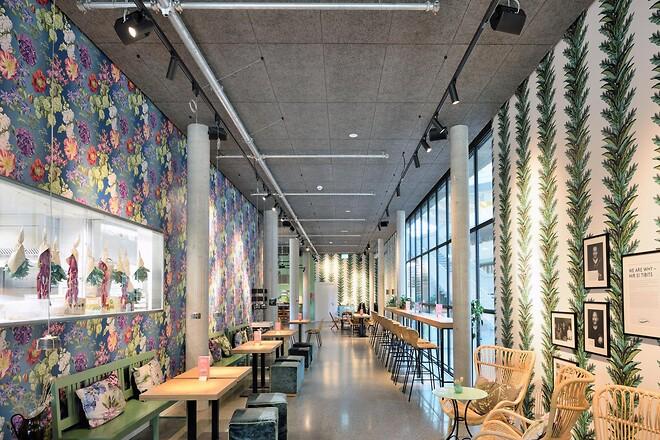 Alnatura, som er en tysk forhandler af økologiske fødevarer, har med sit hovedkontor i Darmstadt sat nye standarder for bæredygtigt byggeri og brugen af naturmaterialer. Bygningen er tildelt en DGNB-certificering på højeste niveau – platin.