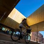 Tre vinger af bygningen danner en bro over en af hovedindgangene til Carlsberg Byen