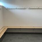 Væghængte bænke og knager til Langå IKs omklædningsrum fra Hans Schourup
