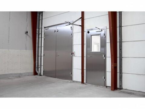 DAN-doors - Hængslede døre - DAN-doors hængslede ståldøre, til køl, frost og brand. Dørene på billedet er produceret i rustfrit stål.