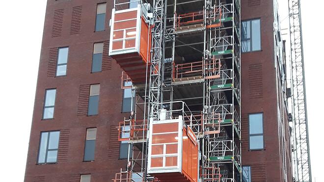 Ajos kunder efterspørger i stigende grad dobbelthejs for at øge effektiviteten på deres byggepladser. Her er en dobbelthejs i drift på byggeplads i Esbjerg.