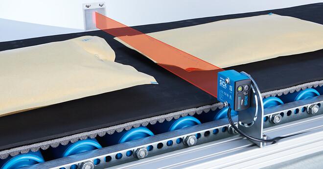 Sensore med lysbånd detekterer forkanter af små, flade, gennemsigtige, perforerede og uregelmæssigt formede objekter