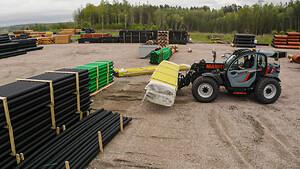 Tolagos senaste maskin från Scantruck var redan i arbete när vi besökte dem i slutet på maj. Här ska den lasta på produkter på en lastbil.