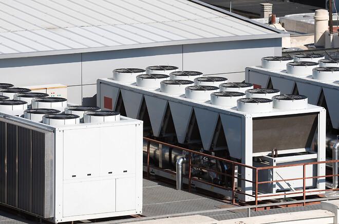 Energioptimering på komfortkøling via maskinkøl eller frikøl